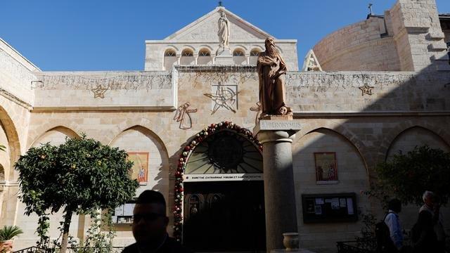 Para peziarah Kristen mengunjungi Church of the Nativity atau Gereja Kelahiran di Kota Betlehem, Tepi Barat, Palestina, Senin (23/12/2019). Gua yang b