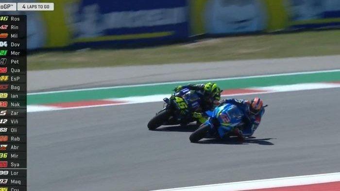 Rossi saat berduet dengan Alex Rins pada balapan moto GP