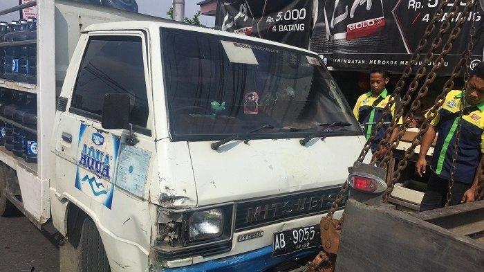 Mobil pengangkut galon yang terlibat kecelakaan karambol di Jalan Kaligarang, Semarang, Senin (21/1/2019) akan diderek.