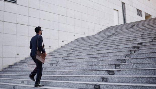 Ilustrasi pria menaiki tangga