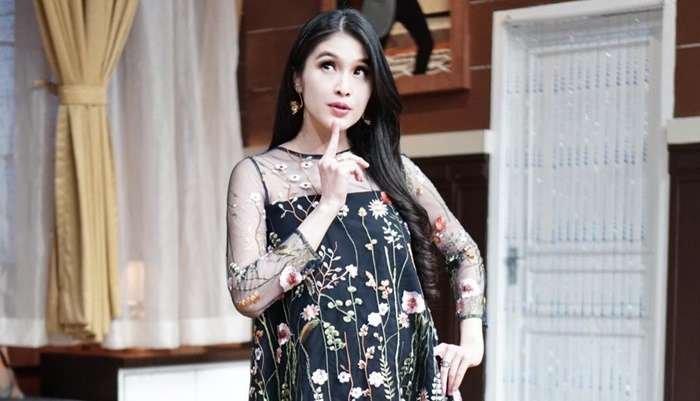 Beda Keyakinan, Beginilah Perlakuan Sandra Dewi terhadap Asisten Rumah Tangganya
