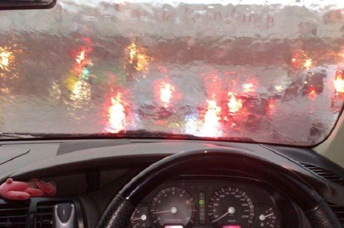 Berkendara Saat Hujan, Gunakan Fitur Defogger Agar Visibiltas Terjaga