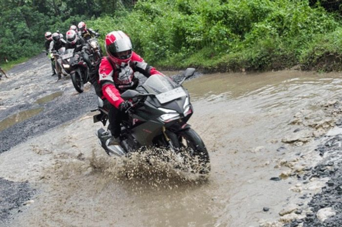 Biar Gak Jatuh Saat Lewati Jalan Rusak, Simak Tips Dari Pakar Safety Riding Bro