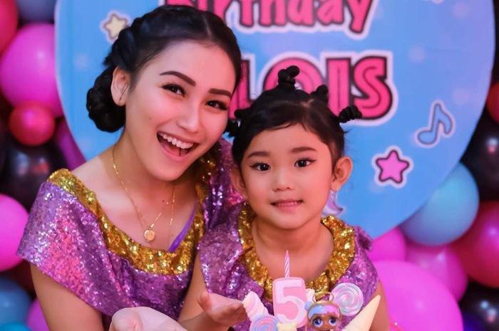 Bilqis, Anak Ayu Ting Ting Kepergok Jalan-jalan Pakai Sandal Branded dengan Harga Fantastis!