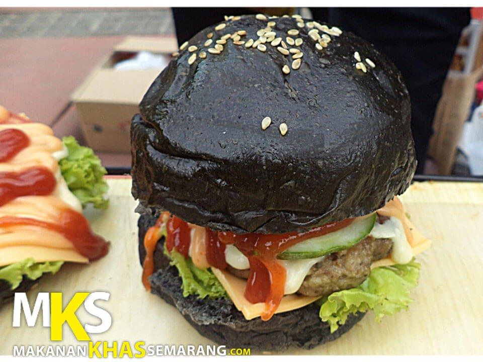 Boom Unique Burger and Milk Semarang, Burger Lucu Berbagai Warna