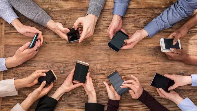 Katanya Buka Bersama, Tapi Kok Malah Sibuk Sama Ponsel