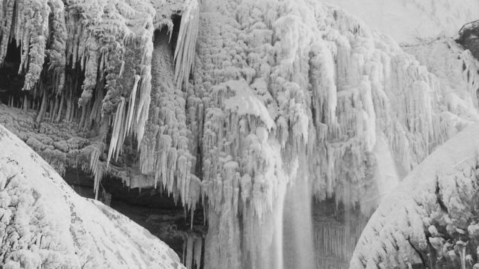 Cuaca Ekstrem di Amerika Serikat Menyebabkan Air Terjun Niagara Membeku hingga 7 Korban Tewas