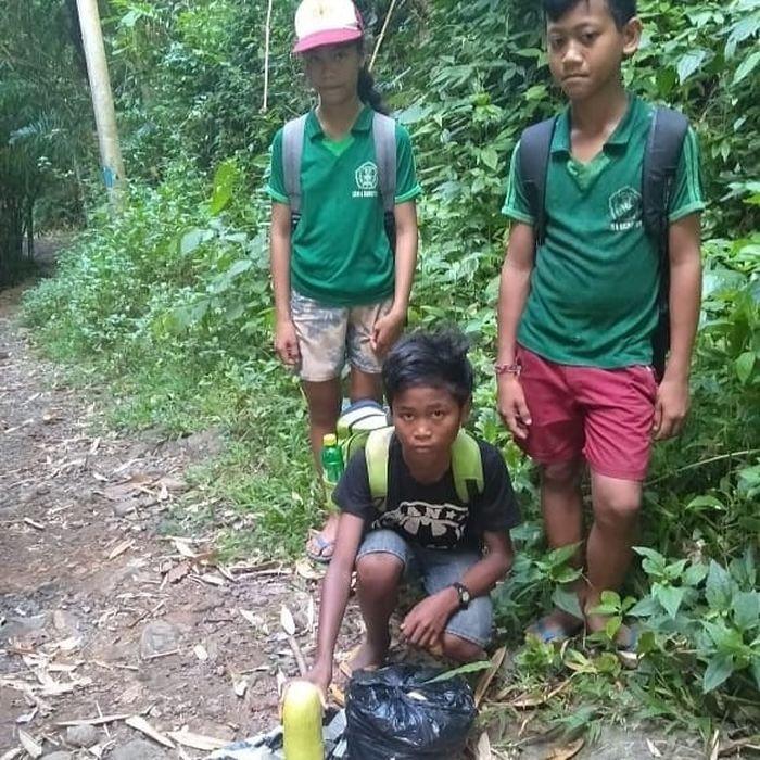 Demi Mengikuti Ujian Pemantapan, Bocah Asal Bali Ini Jalan Kaki 3 Jam Melewati Gunung Untuk Sampai Di Sekolah