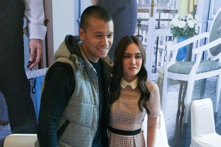 Artis peran Sammuel Rizal dan Shandy Aulia dalam jumpa pers peluncuran trailer film Eiffel Im in Love 2 di gedung Soraya Intercine Films, Menteng, Jak