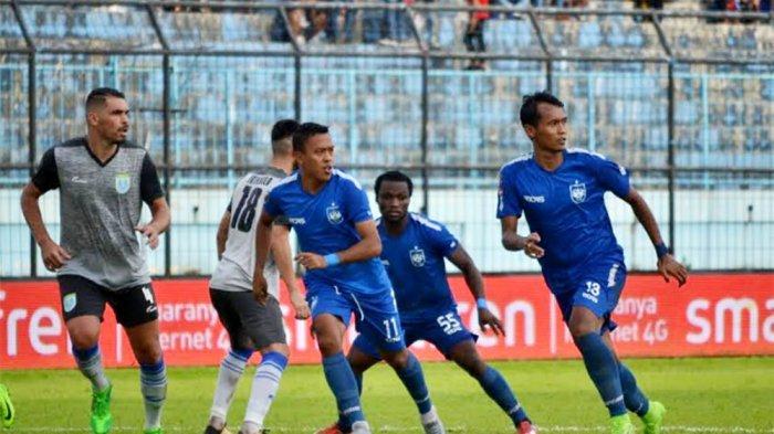 MENANG - Pemain PSIS (Kostum biru), Aldaier Makatindu (kiri), Ibrahim conteh (tengah), Fauzan Fajri (kanan), bersiap menerima umpan rekannya dari skem