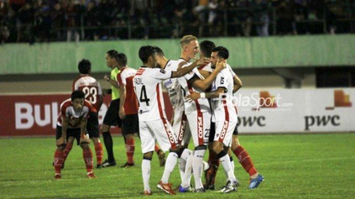 Pemain Bali United merayakan gol Stefano Lilipaly ke gawang Madura United pada babak perempat final Piala Presiden 2018, di Stadion Manahan, Solo, Sab