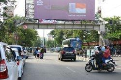 Beberapa penyebrang memilih tidak menggunakan jembatan penyebrangan untuk menyebrang di Jalan Ahmad Yani Kota Semarang, Jumat (16/2).