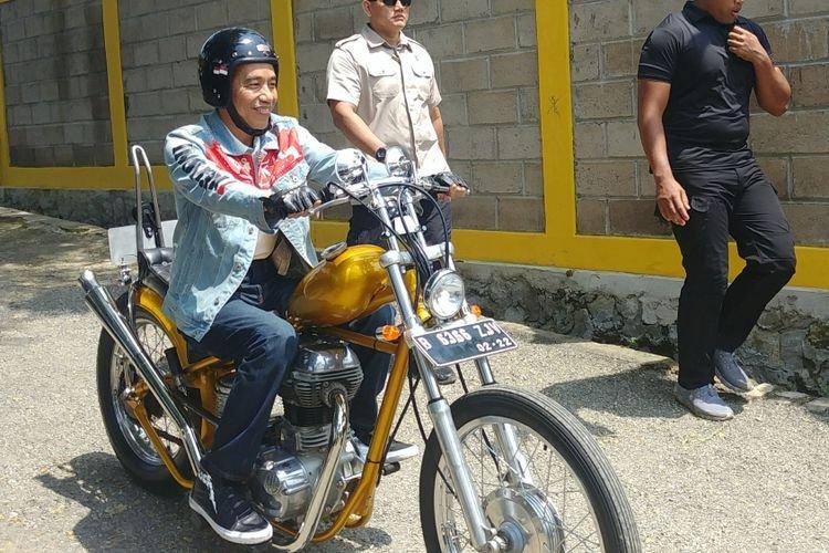 Presiden Joko Widodo atau Jokowi mengendarai sepeda motor Royal Enfield Bullet 350 cc bergaya chopper di Sukabumi, Jawa Barat
