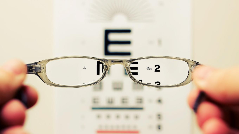 Kacamata Ion yang Kontroversial Sembuhkan Penyakit Mata