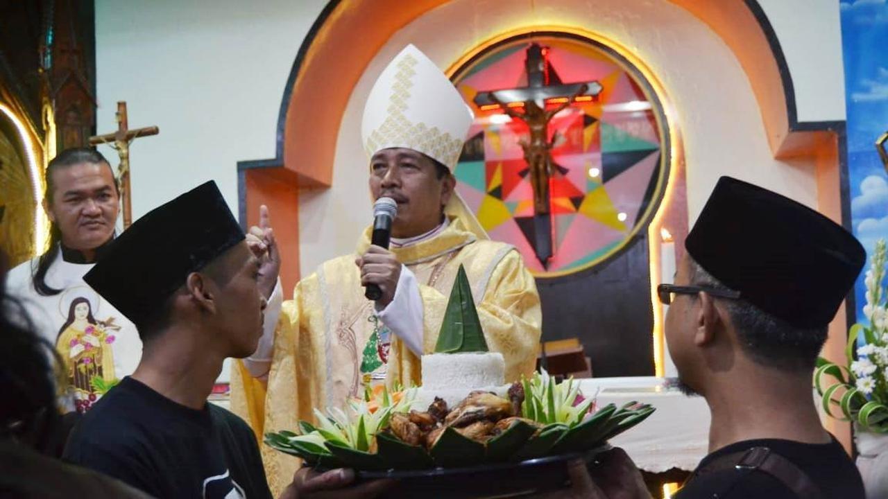 Kejutan dari Pegiat NU Cilacap Saat Uskup Murid Gus Dur Pimpin Misa