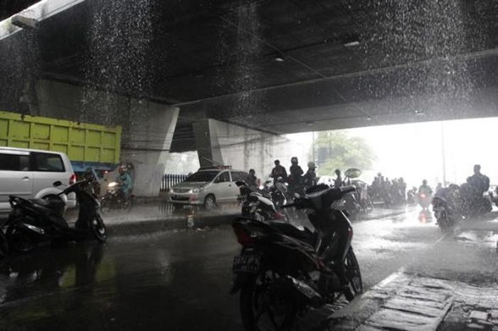 Kepepet Enggak Bawa Jas Hujan? Ini Tempat yang Aman Untuk Berteduh