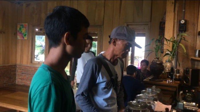 Pengunjung antri memasan kopi di Tombo Coffee