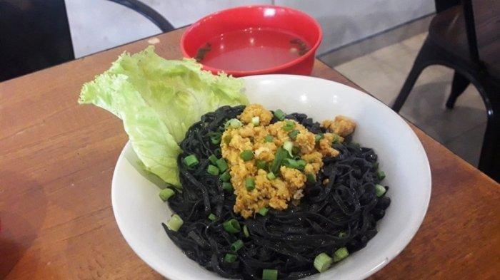 Lebih Sehat Makan Mi Hitam Rica di Just Snack Semarang.