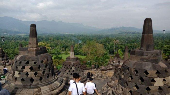 Candi Borobudur, Magelang, Jawa Tengah difoto tingkatan stupa ke dua, saat dipenuhi wisatawan di musim liburan sekolah.
