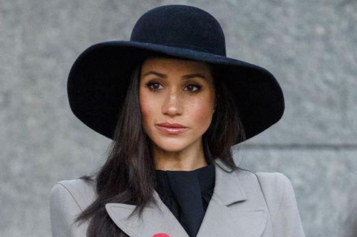 Meghan Markle Langgar Aturan Kerajaan Inggris dengan Mengenakan Floppy Hat