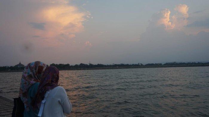 Menikmati Senja di Pantai Marina