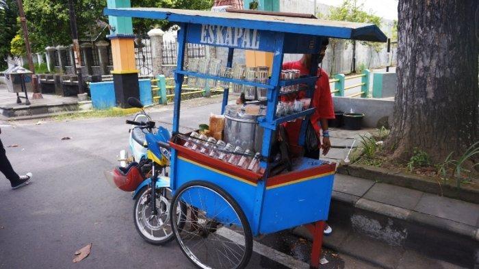Gerobak Es Kapal di depan Museum Keris Nusantara