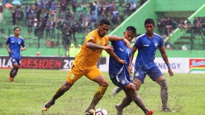 Gelandang Bhayangkara FC, Vendry Ronaldo Mofu berebut bola dengan Bek PSIS Semarang, Fendri Saputra dalam babak penyisihan Grup E, Piala Presiden 2018