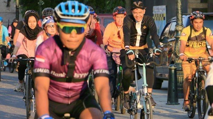 Peringati Hari Kartini, Ganjar Bersepeda Menggunakan Baju Adat