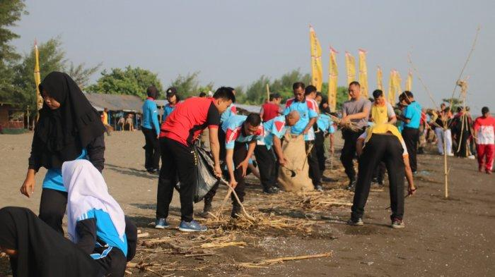 Persiapkan HSPN 2019, Polres Brebes Gotong Royong Menjaga Kebersihan Pantai Randusanga Indah