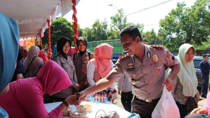 ?Kapolres Kudus, AKBP Agusman Gurning, turut berbelanja dalam gelaran pasar murah, yang digelar Polres Kudus, di lapangan Desa Rendeng, Sabtu (10/6).