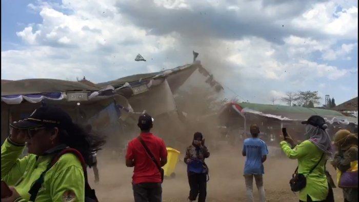 Puting Beliung Merobohkan Tenda di Alun-Alun 2 Jepara