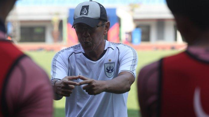 Bambang Nurdiansyah saat membriefing pemain PSIS