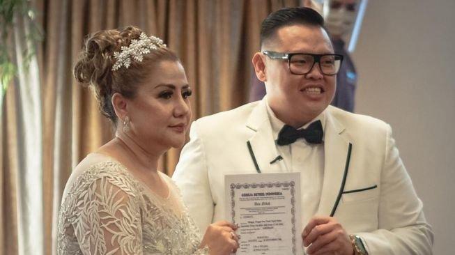 Foto pernikahan Reza Bukan dan Serevina.