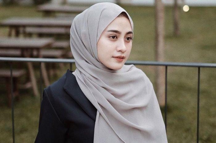 Simple, Beginilah Model Hijab Yang Gak Ribet Ala Selebgram Helmi Nursifah