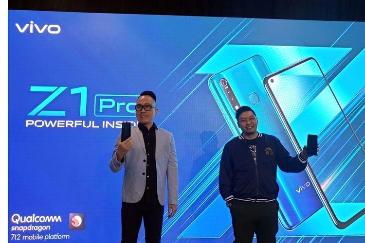 Edy Kusuma, Senior Brand Director, Memamerkan Smartphone Terbaru Vivo Z1 Pro di Jakarta Senin (5/8/2019)
