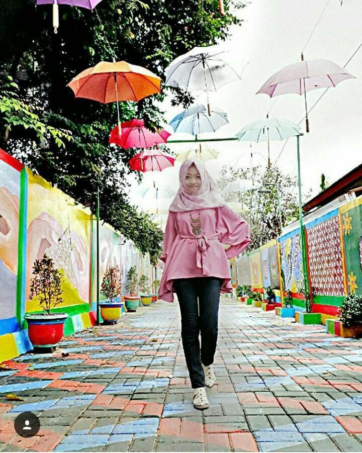 Spot Foto Dengan Payung Terbang di Kampung Tematik Pedalangan