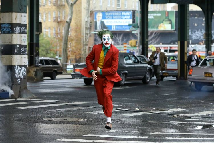 Sosok Joker (diperankan oleh Joaquin Phoenix) dalam film Joker yang disutradarai oleh Todd Philips