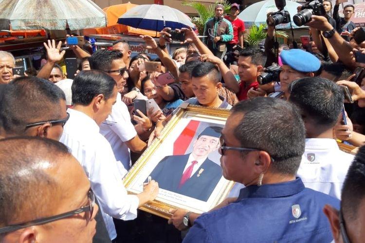 Tak Mengira, Pedagang Bingkai Foto Ini Didatangi Oleh Presiden Joko Widodo