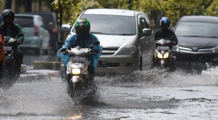 Tips Berkendara Aman Saat Hujan