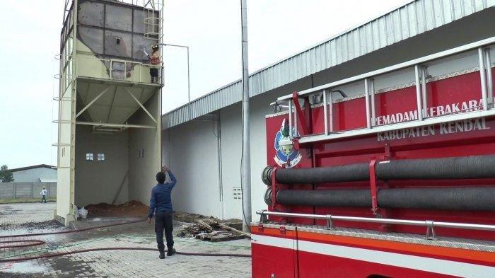 blower dan bak penampungan bak kayu terbakar di Kendal